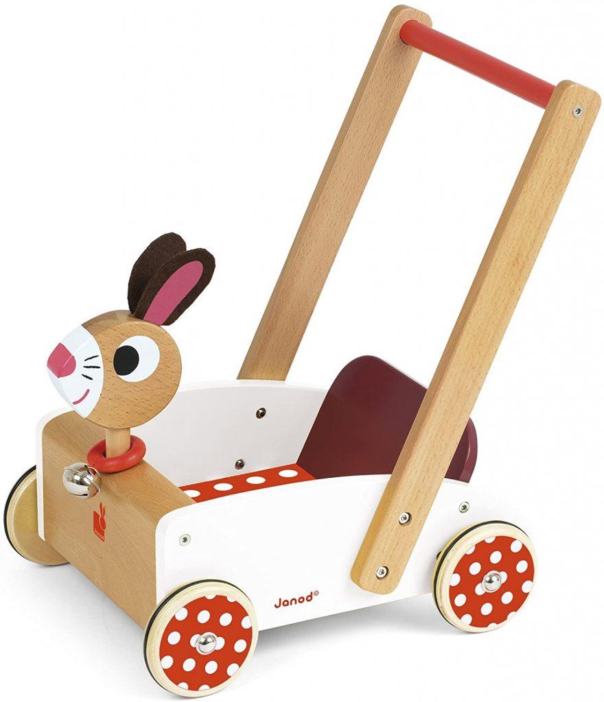 Ce chariot de marche en bois lapin est de la marque Janod.