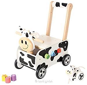 Ce chariot de marche en bois a la forme d'une vache.
