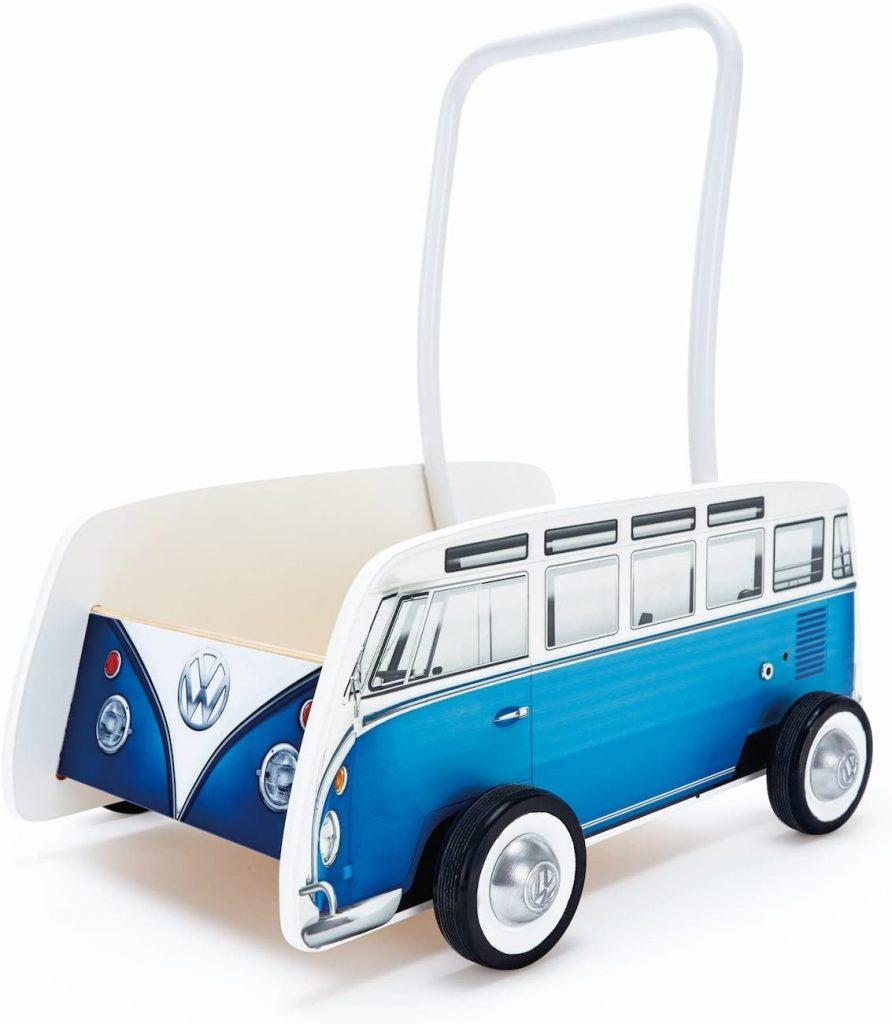 Ce pousseur bébé en bois Hape représente un bus Volkswagen.