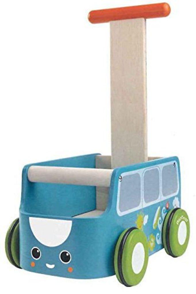 Ce trotteur en bois de la marque Plantoys a la forme d'un mini van.