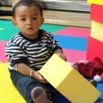 Bébé qui s'amuse avec des jouets à la crèche.