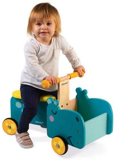 Le porteur bébé hippopotame de Janod possède un coffre sur l'avant pour y ranger des jouets.