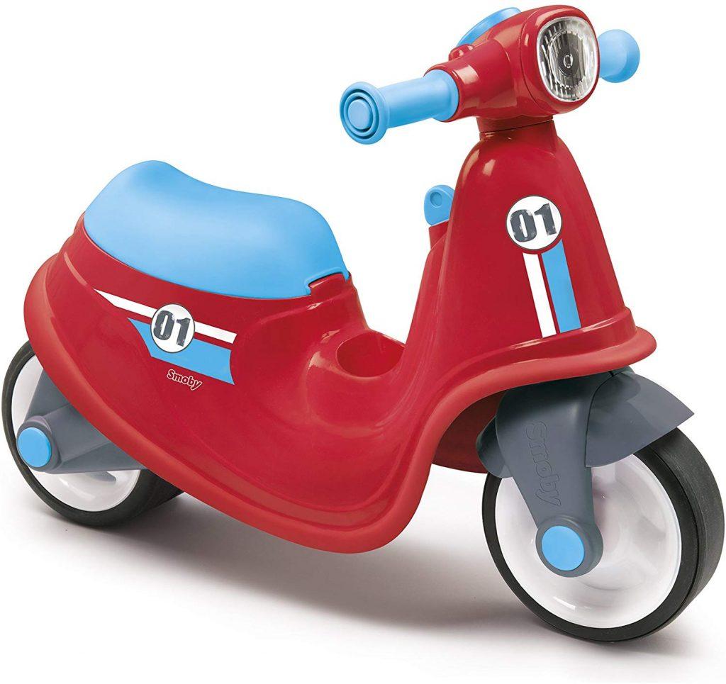 Ce porteur bébé de couleur rouge et bleu représente un scooter.