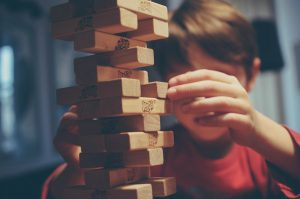Quelle est l'importance du jeu dans le développement des jeunes enfants ?